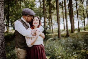 Bräutigam umarmt seine Braut bei der freien Trauung im Garten
