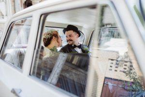 Hochzeitspaar sitzt in Brautauto - Alfa Romeo Oldtimer