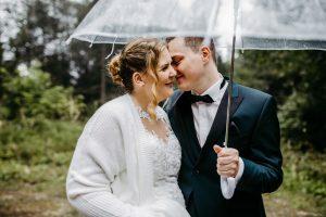 Wunderschöne Hochzeitsfotos mit Schirm bei Regen