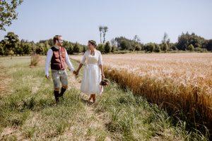 Hochzeitsfotos in Tracht in eine Feld bei Fürstenfeldbruck