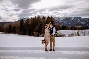 Hochzeitsfotos im Schnee mit wunderschönem Bergpanorama bei Murnau