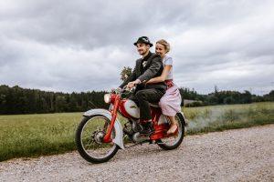 Hochzeitsfotos auf dem Moped