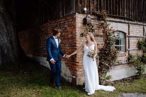 Der Augenblick, wenn sich der Bräutigam und die Braut am Hochzeitstag zum ersten Mal sehen
